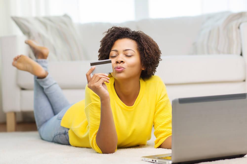 девушка с кредитной картой в руках