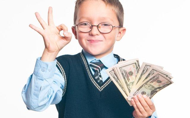 мальчик с деньгами в руках