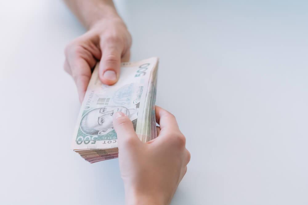 пачка денег по 500 грн