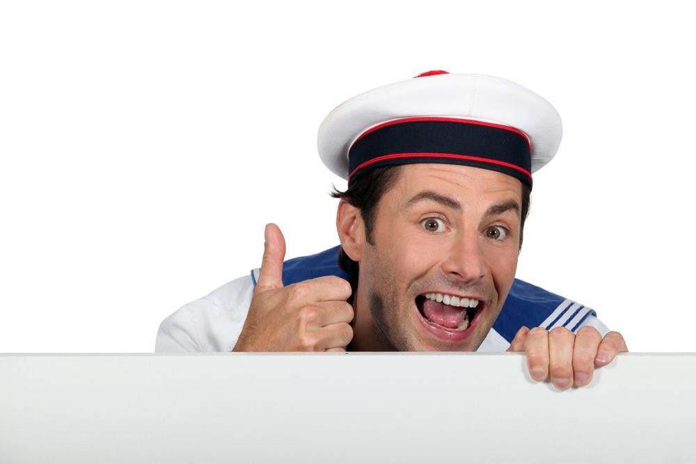моряк улыбается