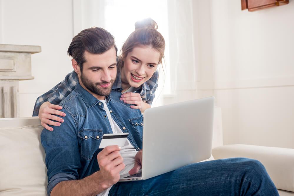 пара делает покупки в интернете
